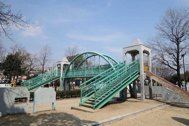 歩道橋が公園の中心