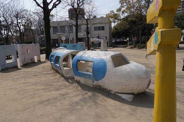 石の新幹線の遊具