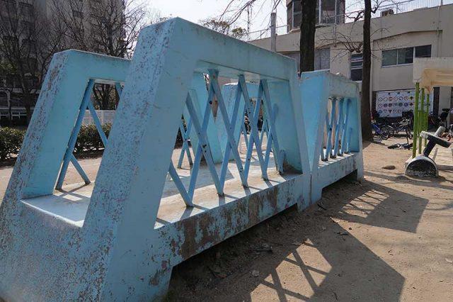 石で出来た吊橋の遊具