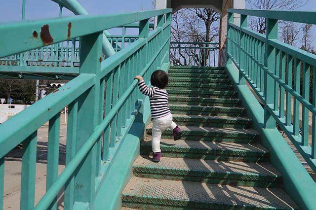 歩道橋を上る次男君