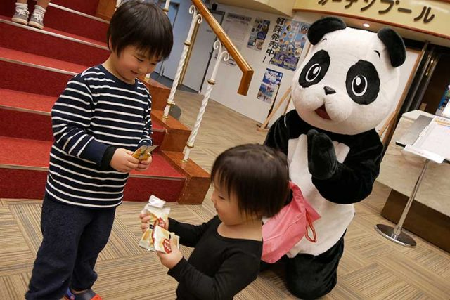 パンダがお菓子をくれます!!