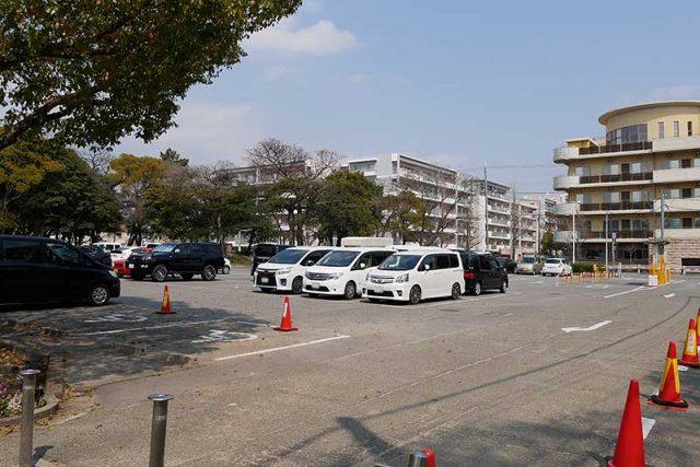 駐車場は混雑していました