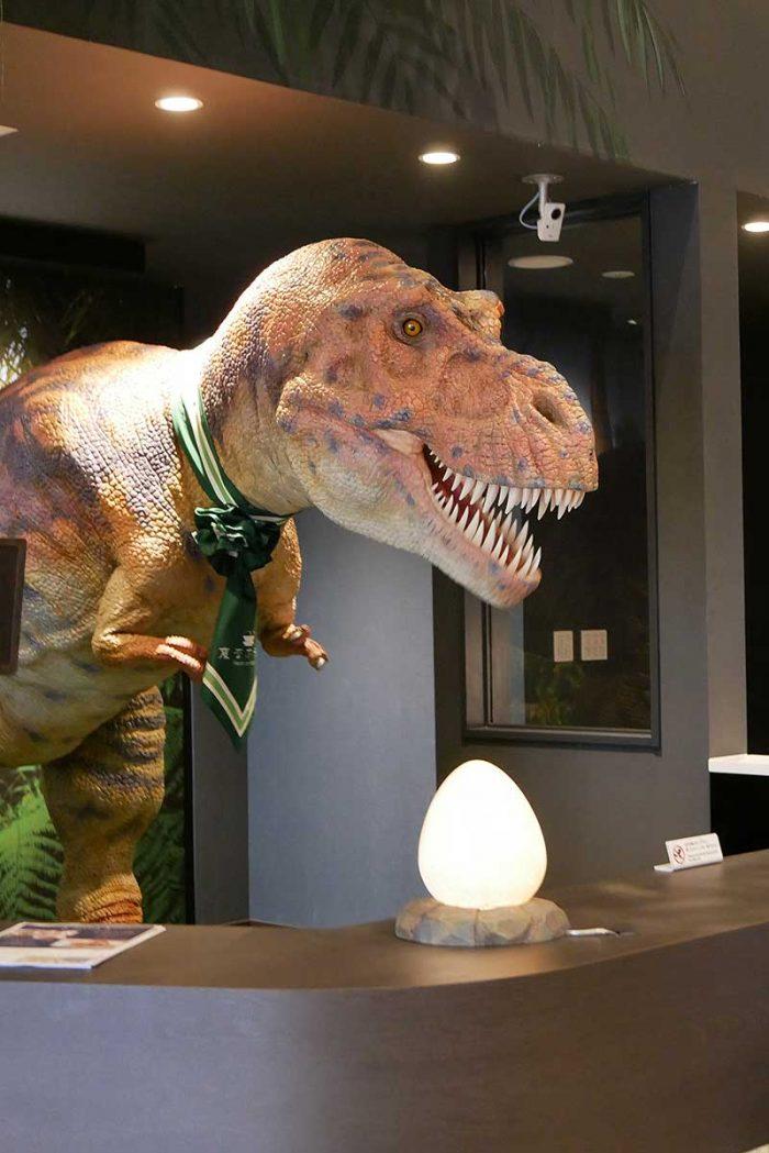 チェックインカウンターにも恐竜が!!