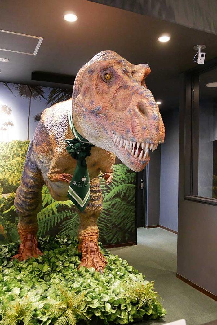 ティラノサウルスが受付業務の担当!!