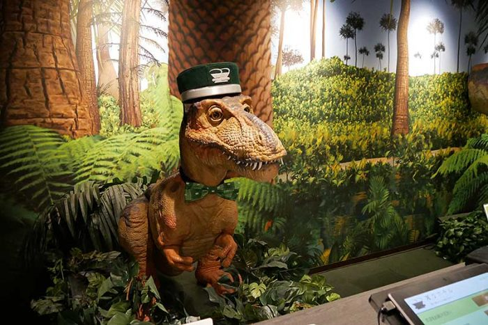 恐竜は受付カウンターに居ます