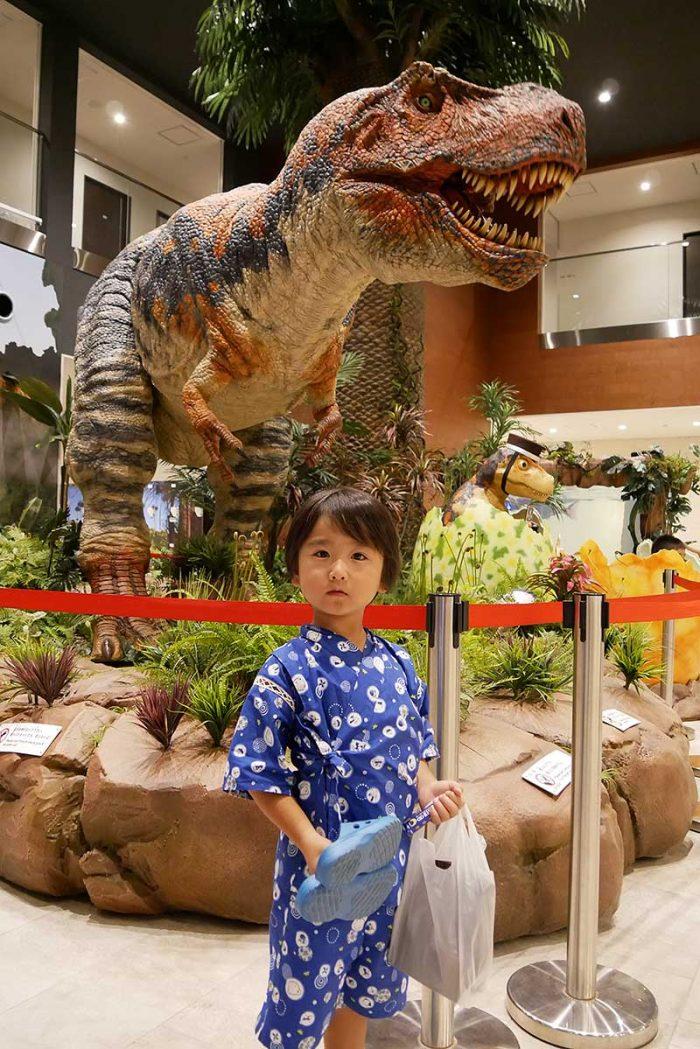 ティラノサウルスと記念撮影