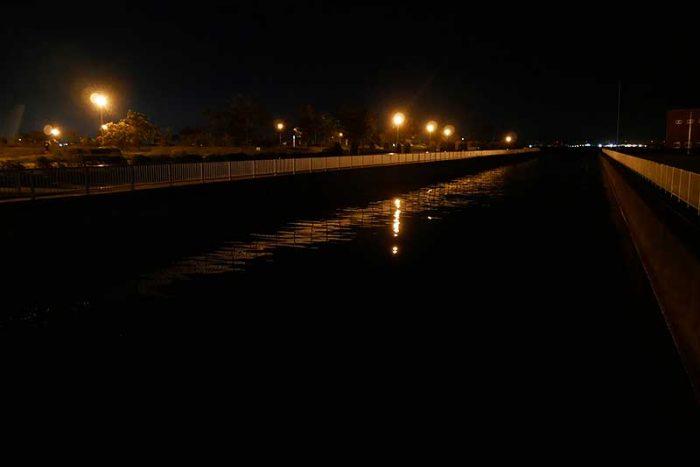花火を見に水路へ