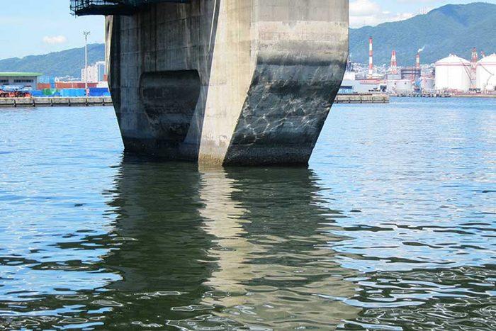 流れの当たる橋脚