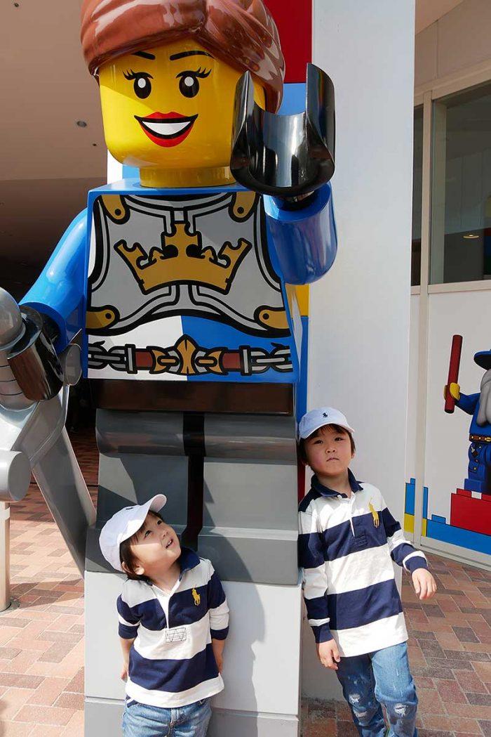 レゴ人形の前で記念撮影!!