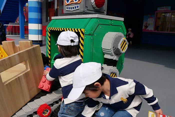 レゴのロボットに興味津々