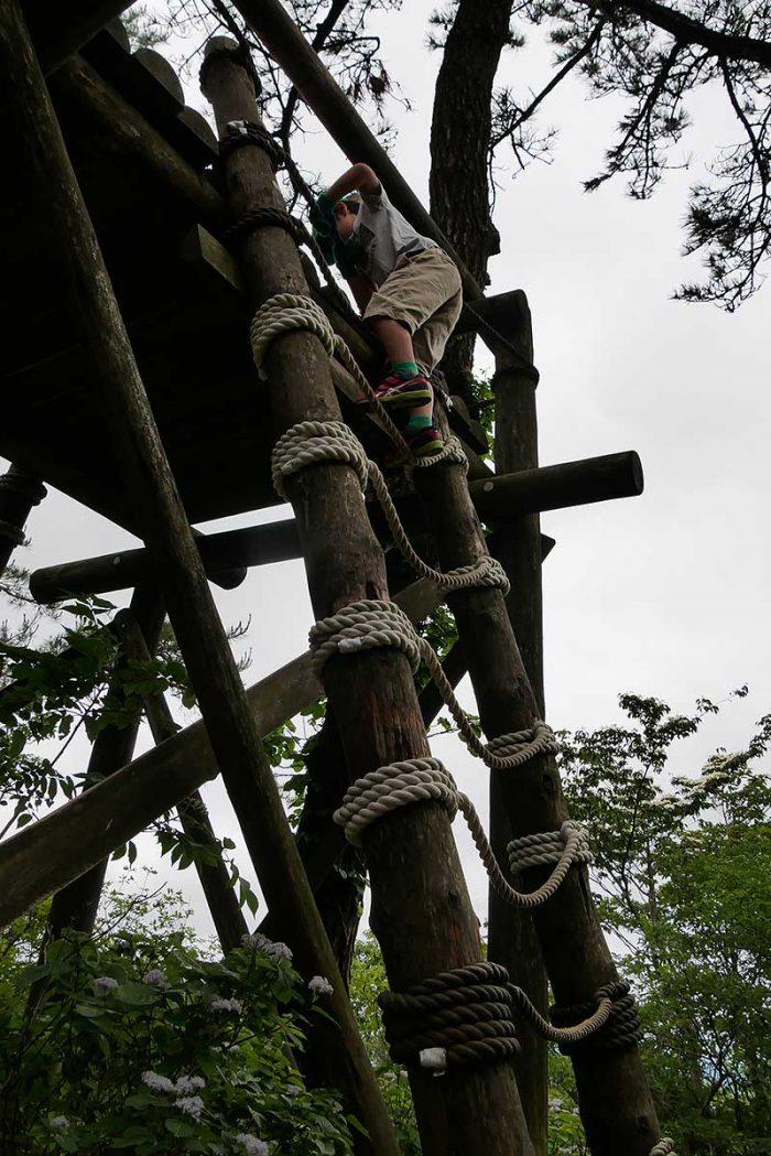 ロープに掴まり上る