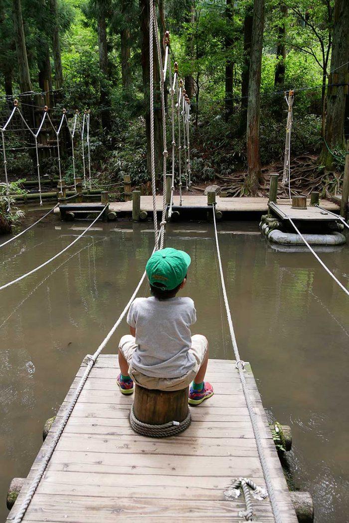 ロープを引っ張り船を動かす
