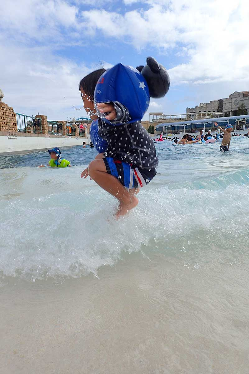 波をジャンプで避けて