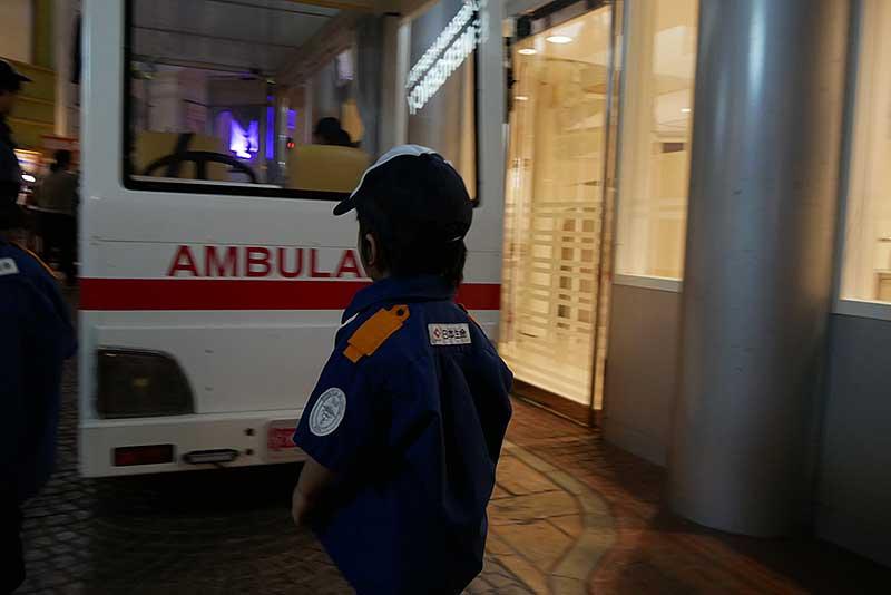 救急車へ乗り込む