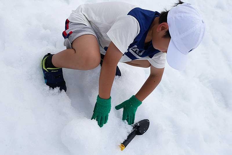 雪を掘る長男君
