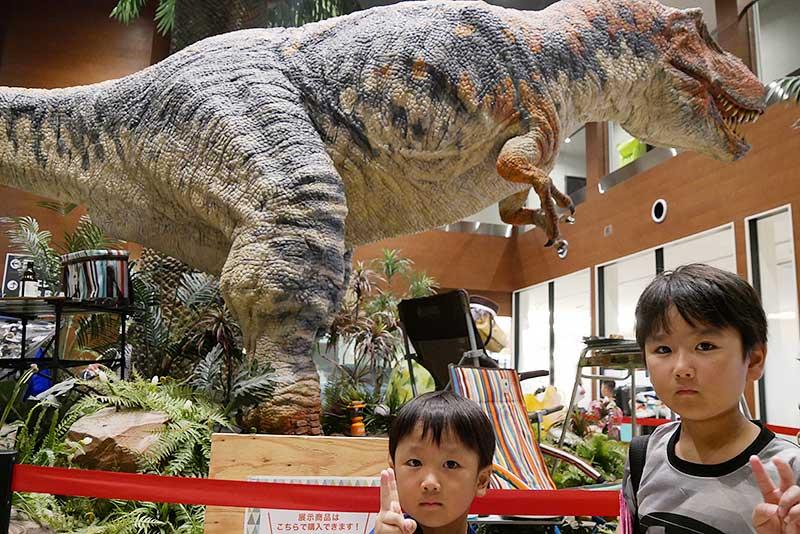 フロントに居る大きな恐竜