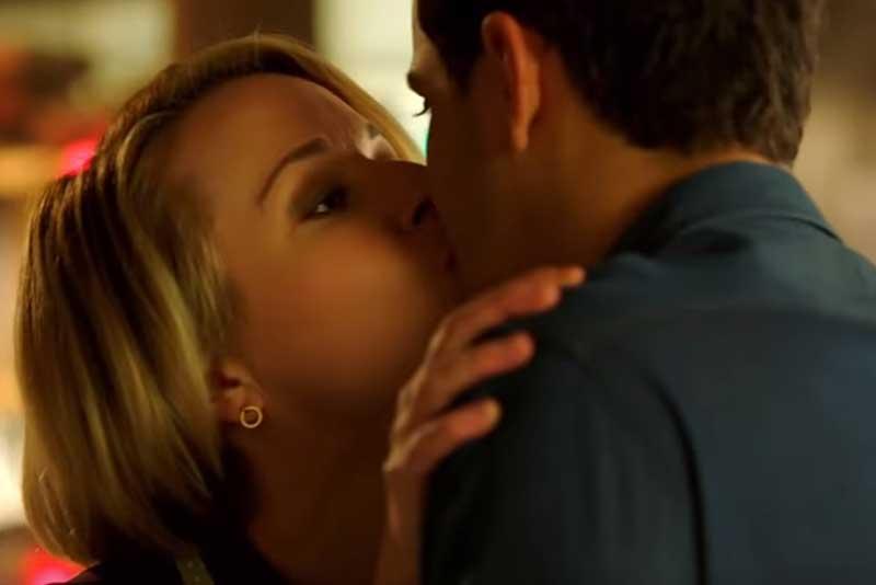 フローレンスとキスするウォルター