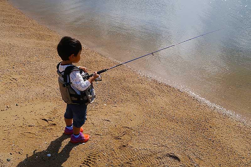 アジングロッドで釣りをする次男君