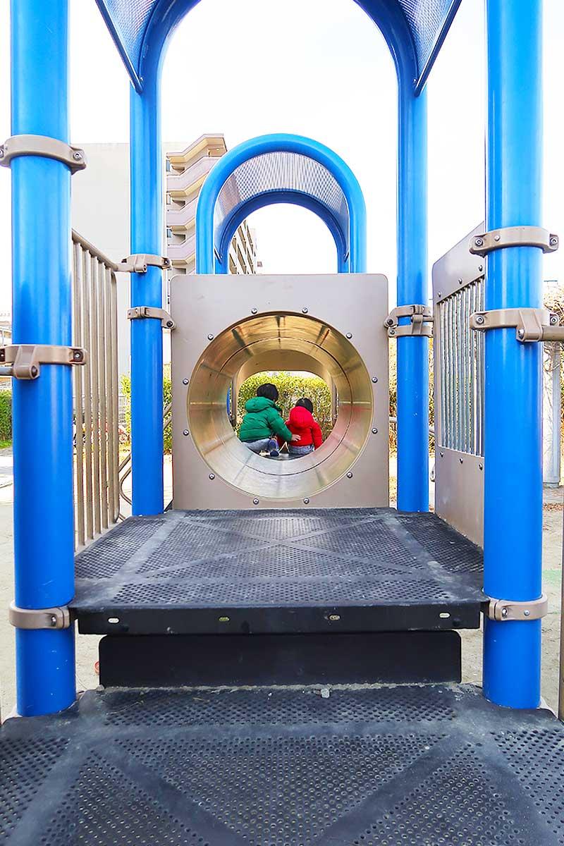 滑り台へのトンネル