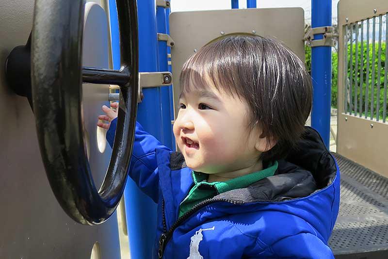 幼児の頃からハンドルで遊べる