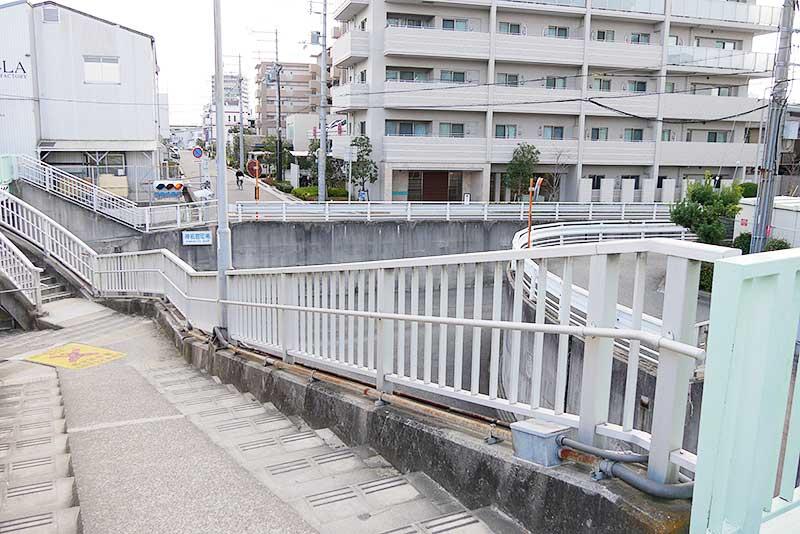 歩道橋と階段