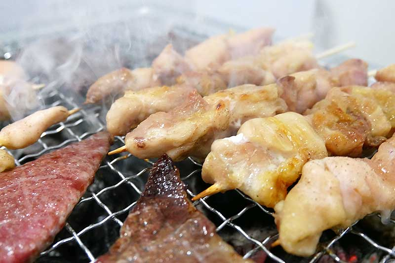 焼き鳥・焼肉共に美味しそうな煙