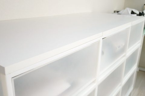 無印良品の収納ケース上に板を設置してスペース確保!