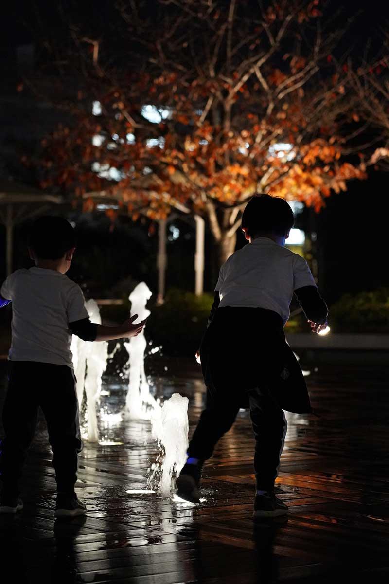 夜間・噴水と子供達