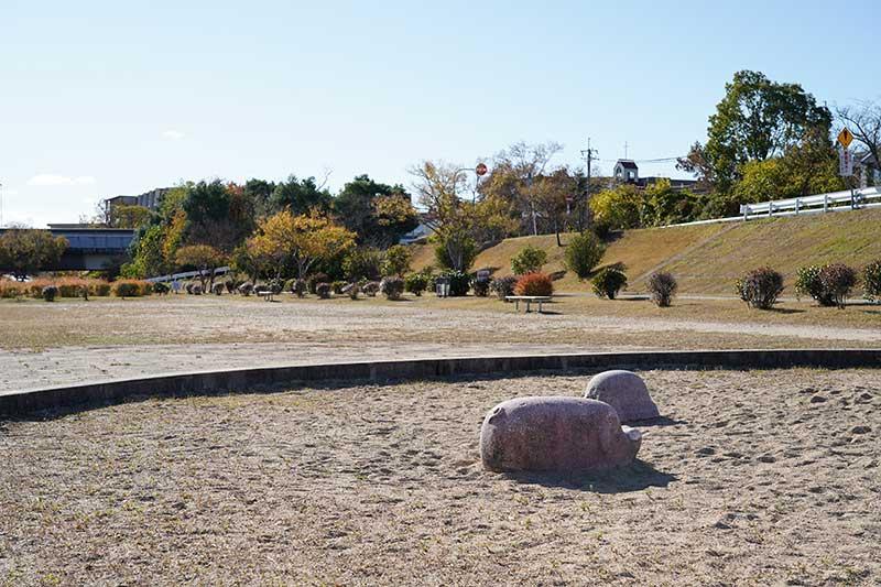 河川敷の公園にある砂場の遊具