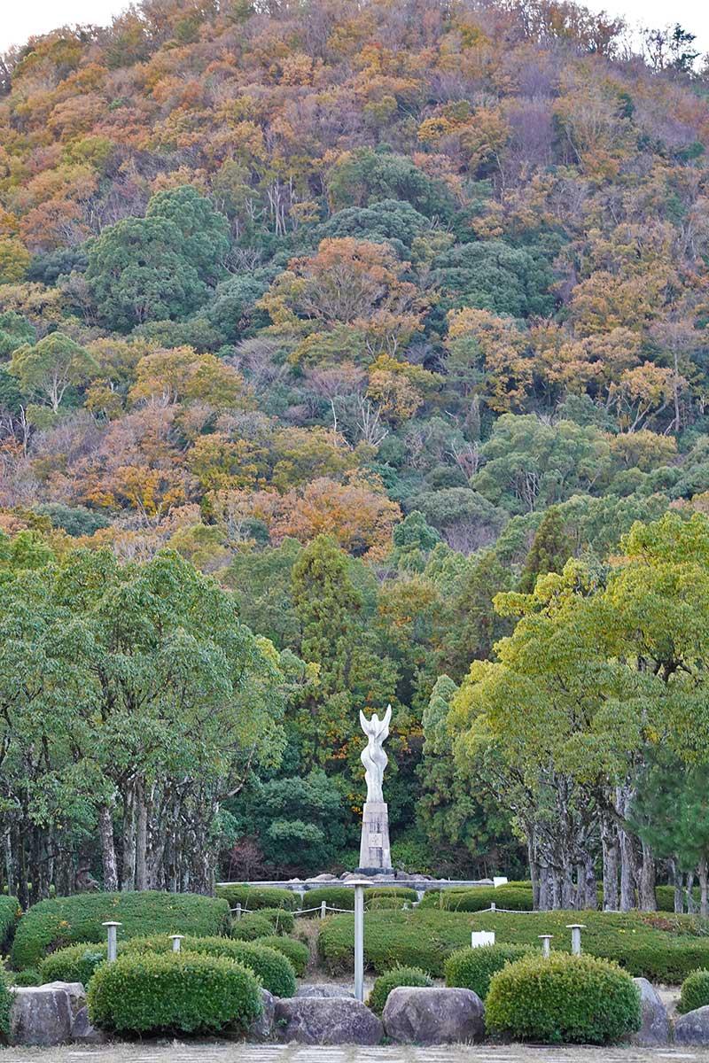 愛の像と甲山