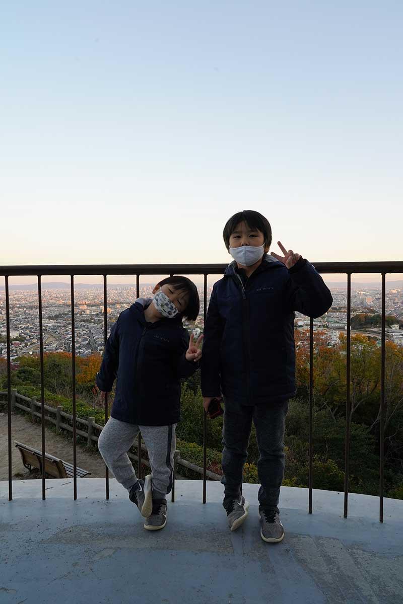 展望台から撮影した兄弟の写真