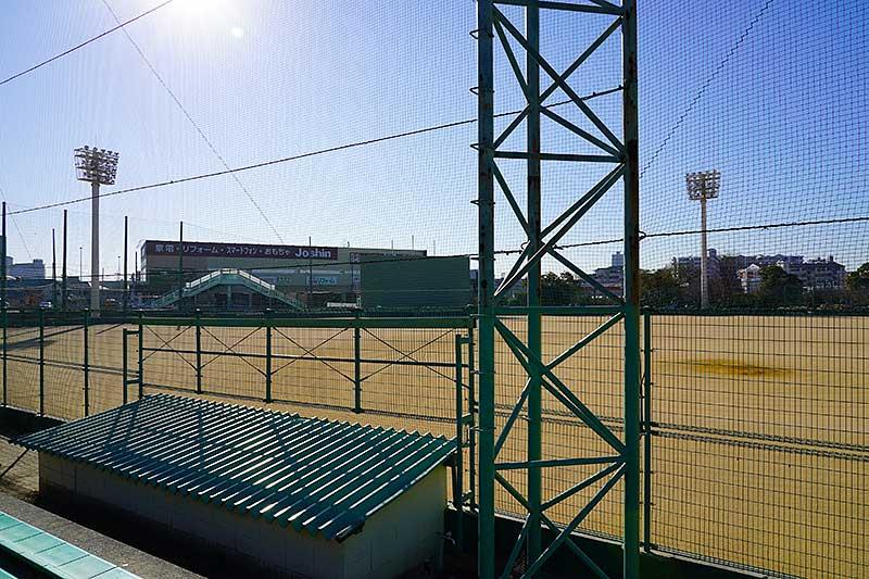 西宮市民グラウンドの野球場のベンチ裏
