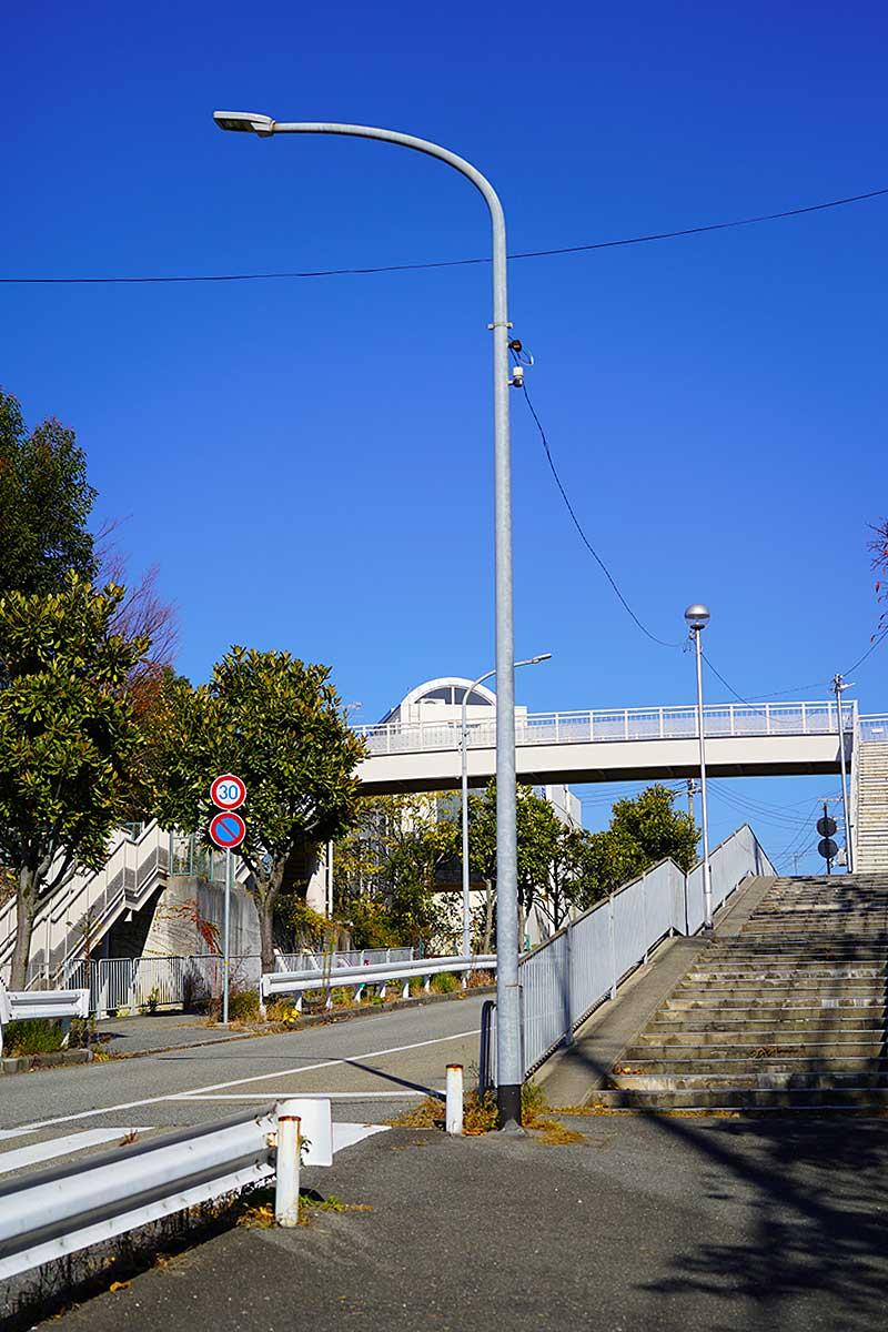 上ヶ原にある白い歩道橋
