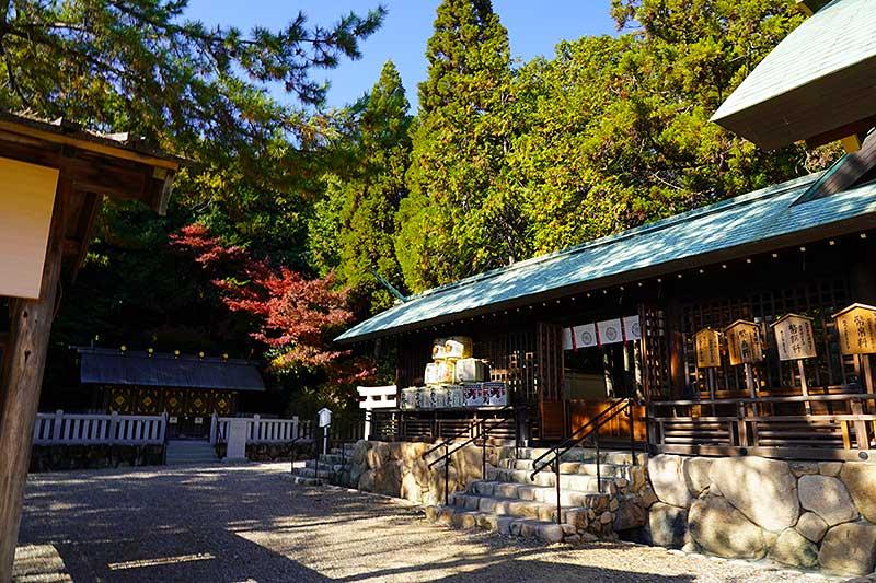 紅葉に映える廣田神社の本殿