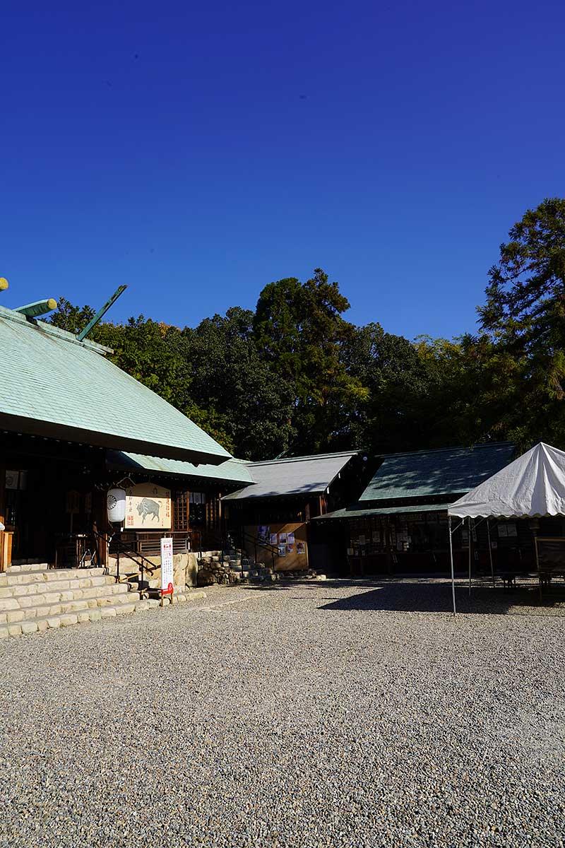 青空と廣田神社の本殿