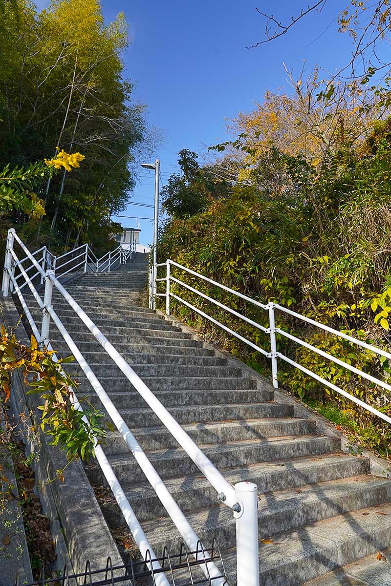 長く続く傾斜のある階段・キョン通学路