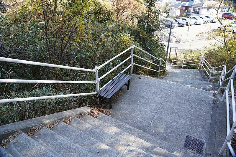 階段の途中にある茶色いベンチ