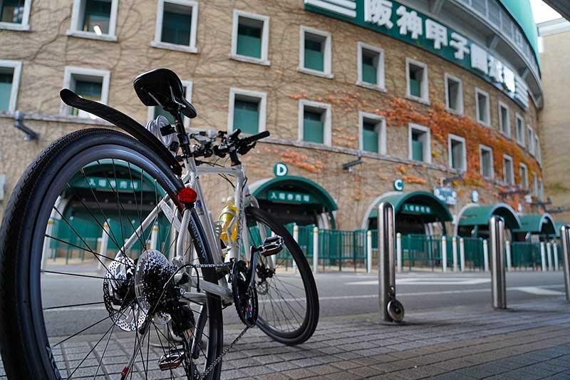 甲子園球場の看板とクロスバイク