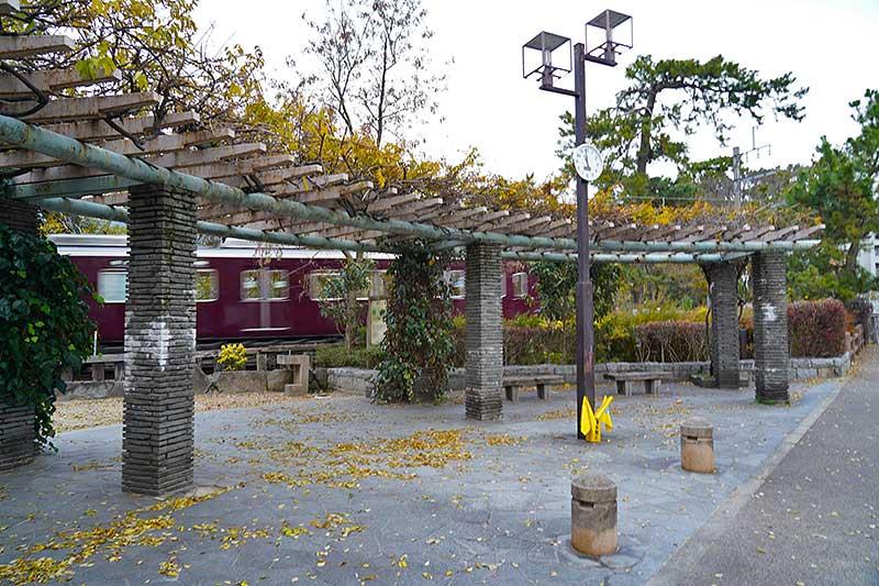 夙川河川敷の公園と阪急電車