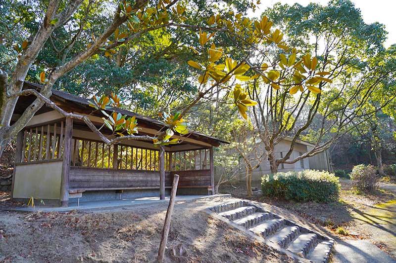 木々に囲まれた木造の休憩所