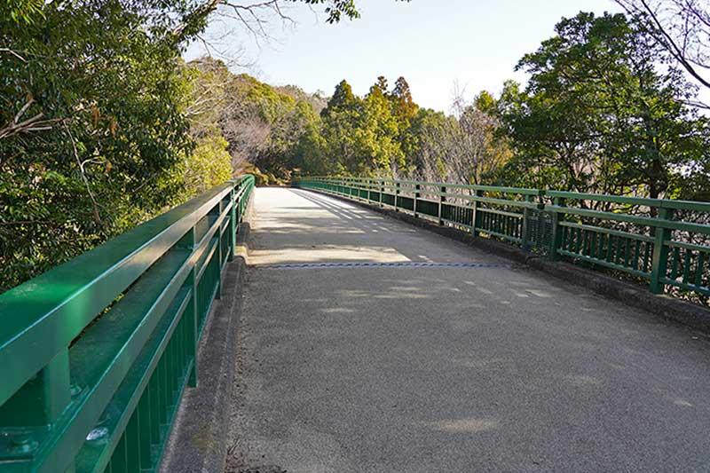 木々に囲まれたみどり橋