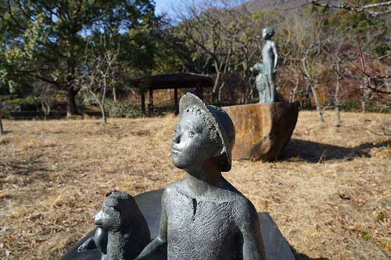 銅像と休憩小屋
