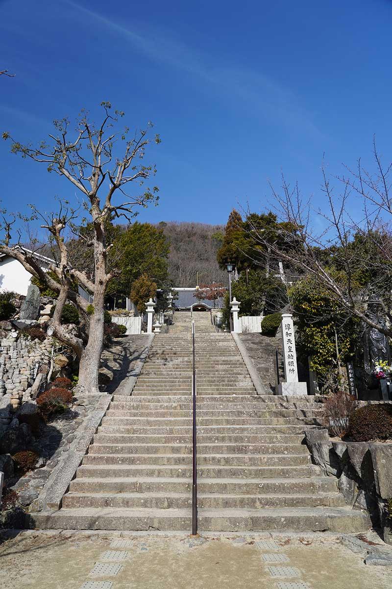 長い階段の奥に見える神呪寺