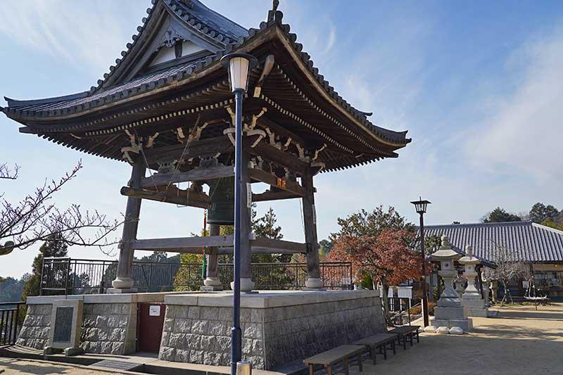 立派な屋根のある神呪寺の鐘