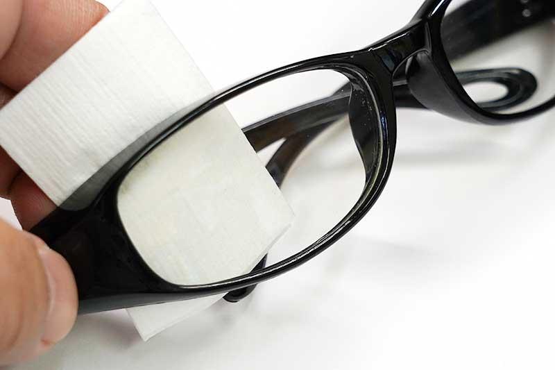 曇り止めシートでメガネを拭く