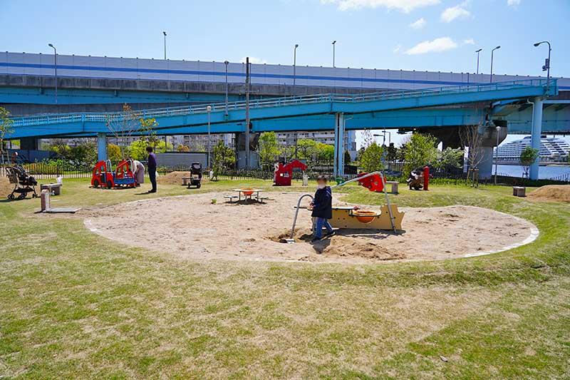 遊具付きの砂場