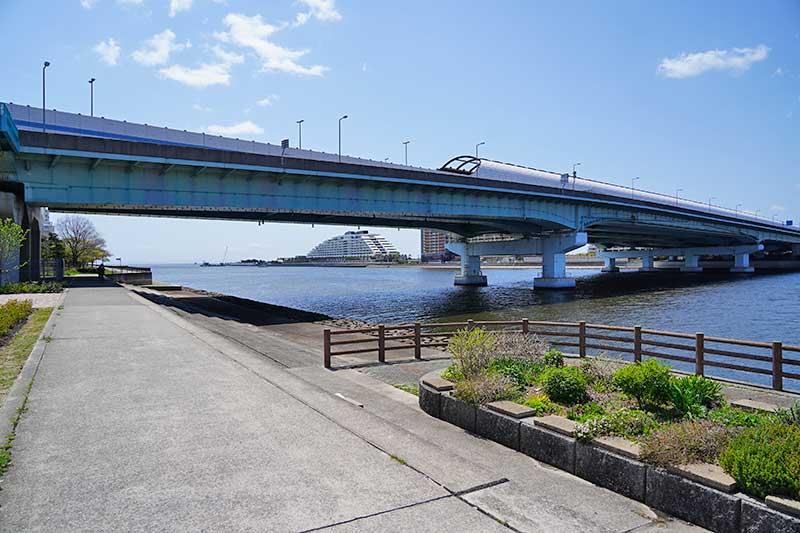 湾岸高速と海・対岸には芦屋浜