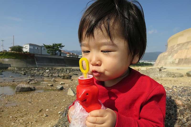 芦屋川河口でシャボン玉遊び