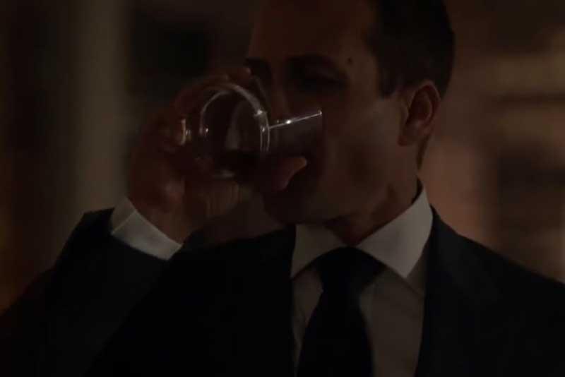 グラスを傾けるハーヴィー