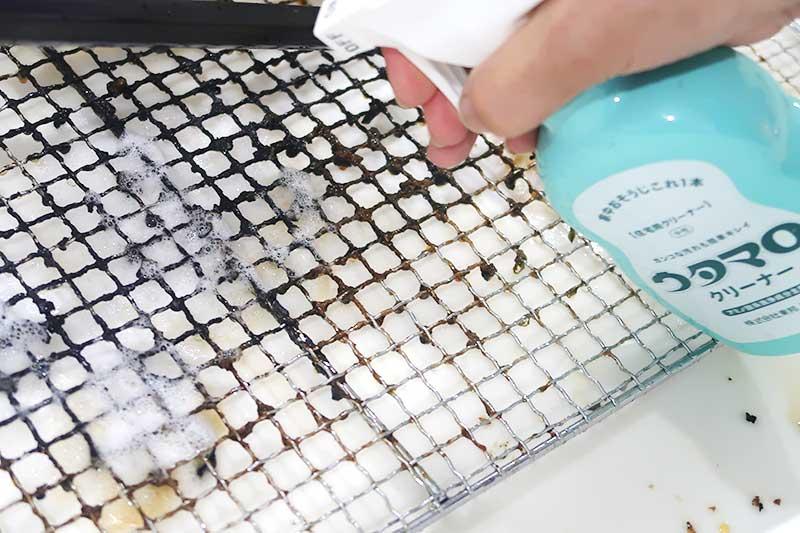 使用後の汚れた網とウタマロクリーナー